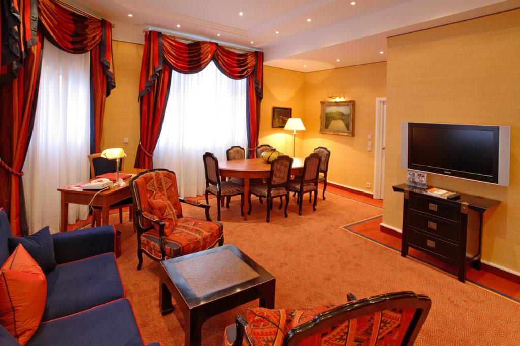 Hotel Palace ***** – Rekonstrukce kongresového sálu, dodávka obložení stěn, repase dveří. Kompletní rekonstrukce apartmánů a hotelových pokojů.