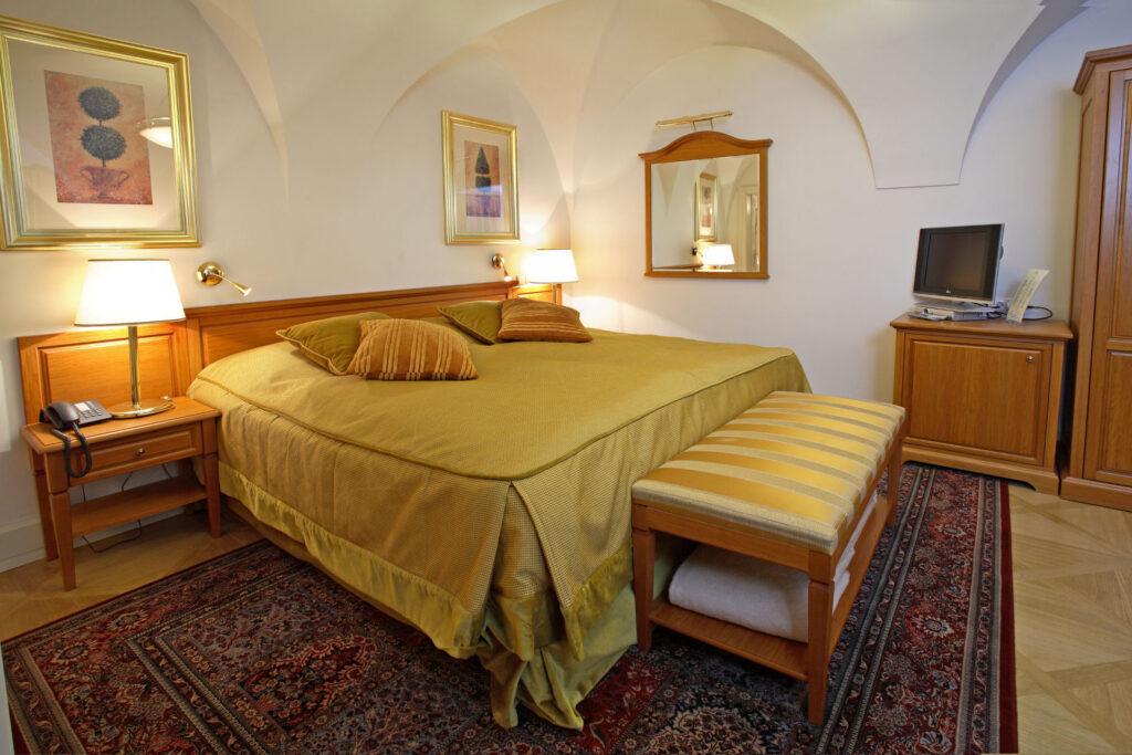 HOTEL RESIDENCE SANTINI ***** – Generální dodávka interiérového vybavení hotelových apartmánů a veřejných prostor. Vybavení kanceláří managementu hotelu