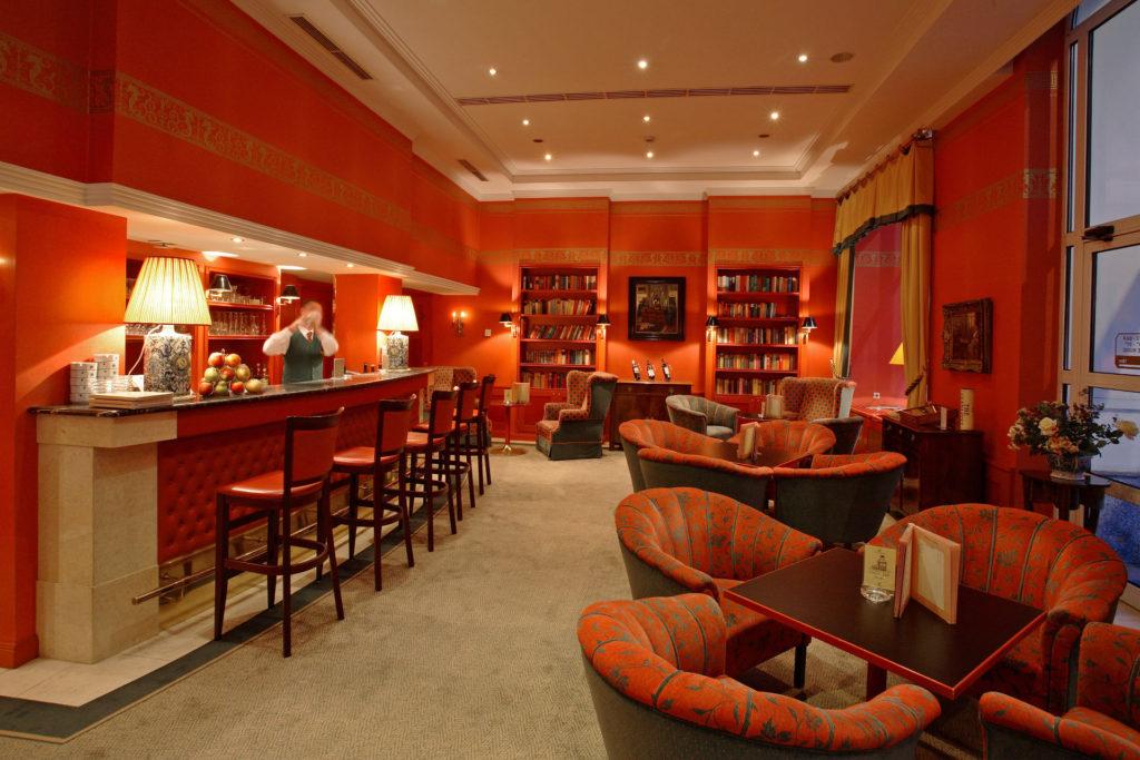 Hotel Dvořák **** – Kompletní vybavení pokojů a komunikačních prostor včetně oken, dveří a dalších interiérových prací. Ucelená dodávka recepce, lobby a kavárny. Kompletní vybavení pokojů a wellness